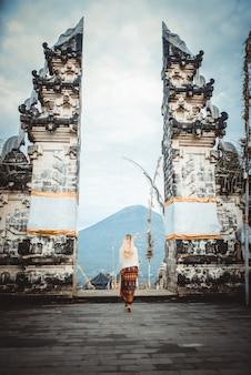 Kobieta w świątyni pura lempuyang na bali