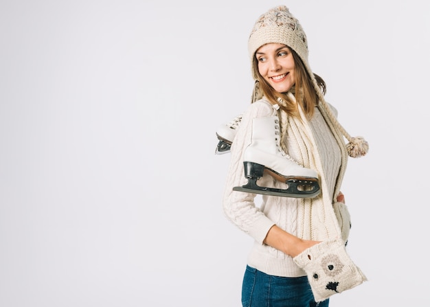 Kobieta w świetle szalik gospodarstwa łyżwy