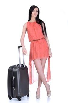 Kobieta w swobodnym chodzeniu z torbą podróżną.