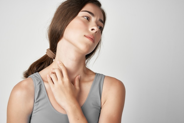 Kobieta w szarej koszulce problemy zdrowotne ból stawów dyskomfort