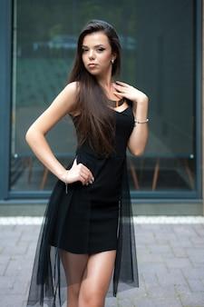 Kobieta w szczupłej czarnej sukience