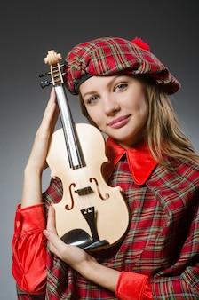 Kobieta w szkockiej odzieży w muzycznym pojęciu