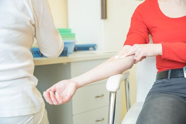 Kobieta w szpitalu do pobierania krwi. badania krwi w kierunku choroby w laboratorium