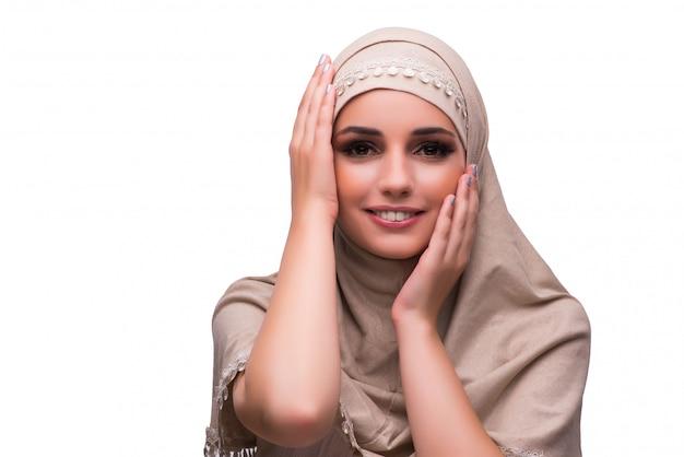 Kobieta w tradycyjnej muzułmańskiej odzieży odizolowywającej na bielu