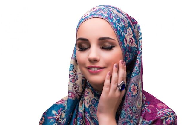 Kobieta w tradycyjnej muzułmańskiej pokrywie z pierścionkiem