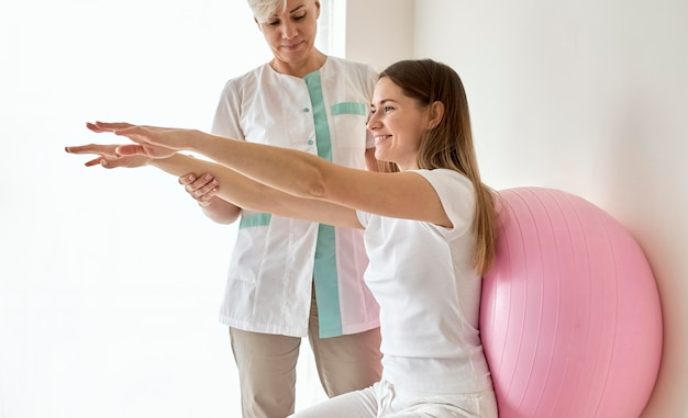 Kobieta w trakcie terapii u fizjologa
