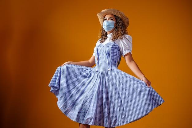 """Kobieta w typowym stroju słynnej brazylijskiej imprezy """"festa junina"""""""