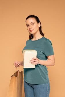 Kobieta w ubranie z papierową torbą