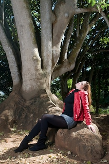 Kobieta w upadku pod drzewem