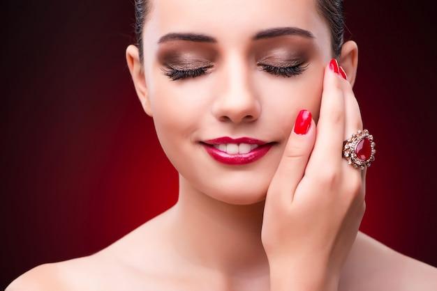 Kobieta w uroczym pojęciu z biżuterią