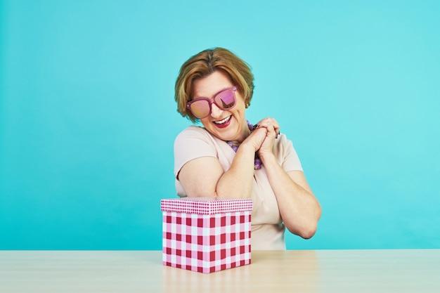 Kobieta w wieku bardzo cieszyła się z otrzymywania prezentów.