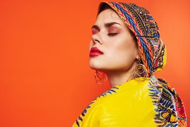 Kobieta w wielokolorowe turban czerwone usta atrakcyjny wygląd na białym tle