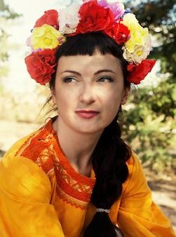 Kobieta w wieniec róż na głowie