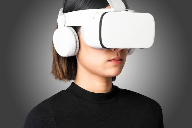 Kobieta w wirtualnej rzeczywistości okulary inteligentnej technologii