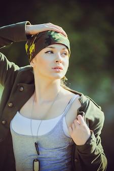 Kobieta w wojskowym stylu