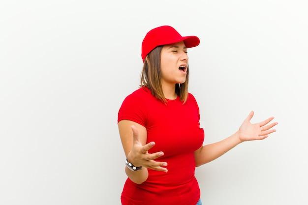 Kobieta w wykonaniu operowym lub śpiewająca na koncercie lub pokazie, czująca się romantycznie, artystycznie i namiętnie wobec bieli