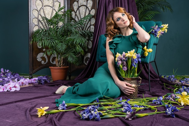 Kobieta w zielonej sukni z kwiatami
