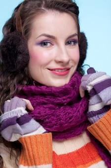 Kobieta w zimowej sukience