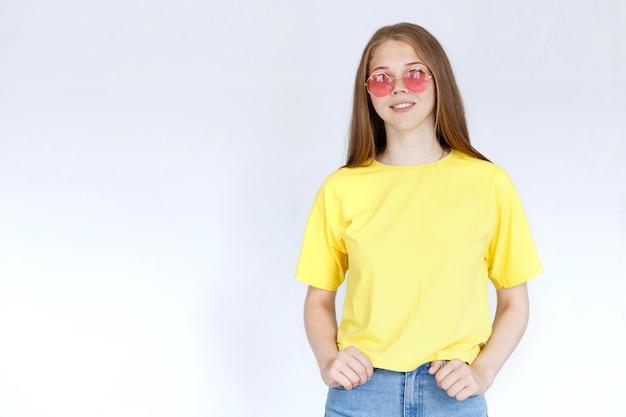 Kobieta w żółtej koszulce na białym tle. miejsce na tekst