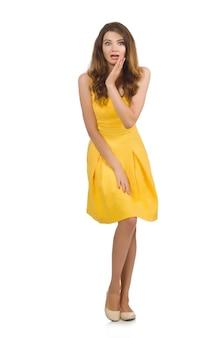 Kobieta w żółtej sukni odizolowywającej na bielu