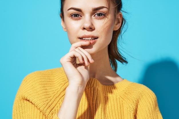 Kobieta w żółtym swetrze moda pozowanie glamour zbliżenie