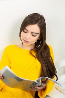 Kobieta w żółtym swetrze pracy z domu. opieka zdrowotna. zostać w domu