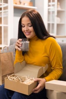 Kobieta wąchająca nową świecę