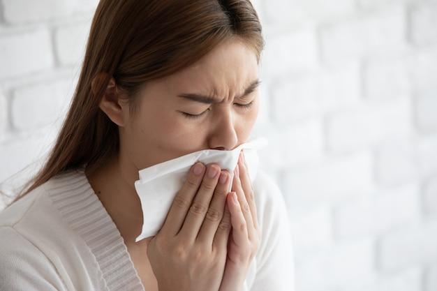 Kobieta waring maska ochronna przed koronawirusem i kaszlem zanieczyszczenia powietrza, więc choroba