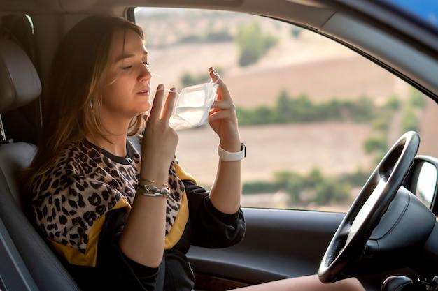 Kobieta we wnętrzu pojazdu zakładanie maski