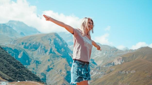 Kobieta wędrująca po górach w słoneczny dzień