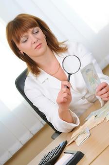 Kobieta weryfikuje autentyczność rachunku