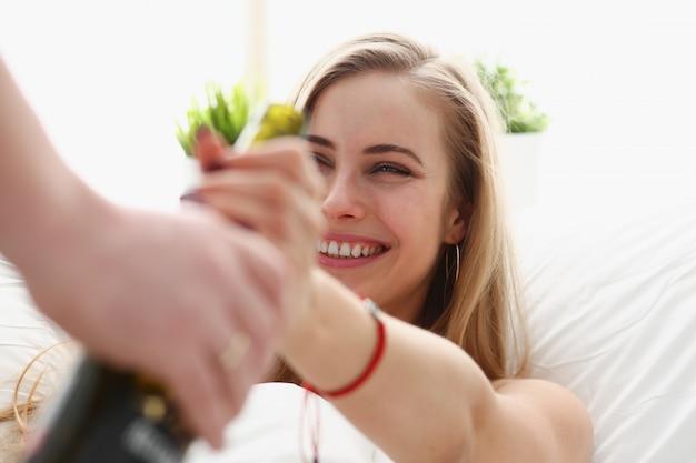 Kobieta weź butelkę wina niezdrowy sposób życia