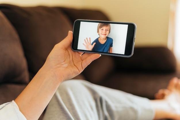 Kobieta wideo dzwoniąca do swojego siostrzeńca podczas kwarantanny