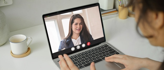 Kobieta wideokonferencja z przedsiębiorcą podczas kwarantanny