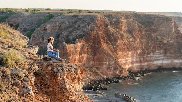Kobieta widok z boku, ciesząc się widokiem z miejsca na kopię