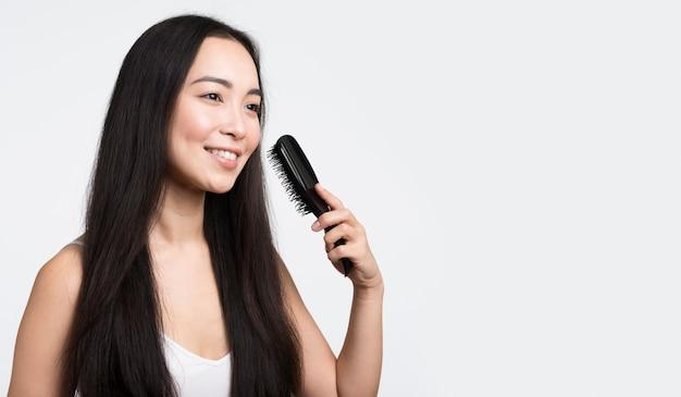 Kobieta widok z boku szczotkowanie włosów