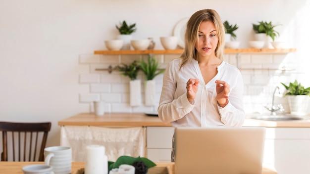 Kobieta widok z przodu na spotkaniu online