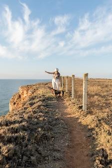 Kobieta widok z przodu pokazująca kierunek jej psa