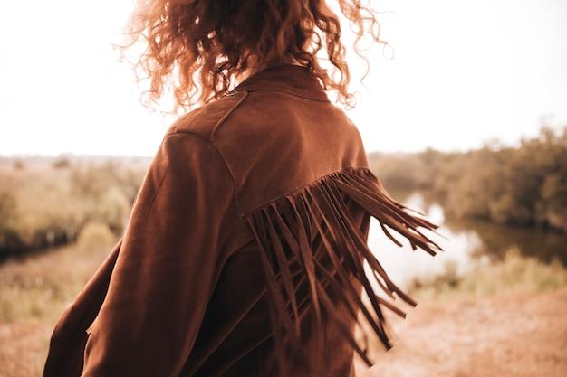 Kobieta widok z tyłu pozowanie obok stawu