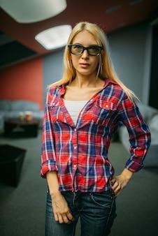 Kobieta widz w okularach 3d, sala kinowa. kobieta w kinie, publiczność czekająca na seans