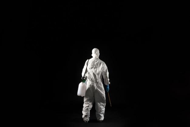 Kobieta wirusolog, nosi środki ochrony indywidualnej.