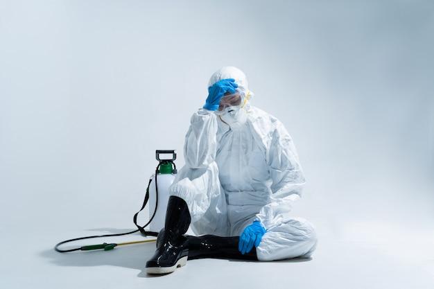 Kobieta wirusolog, nosząca środki ochrony indywidualnej. czuje się beznadziejnie i zmęczona.
