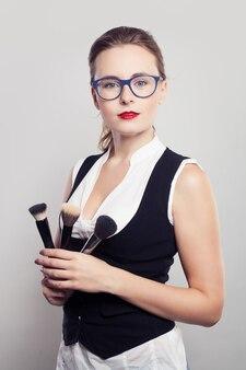 Kobieta wizażystka z pędzlem do makijażu