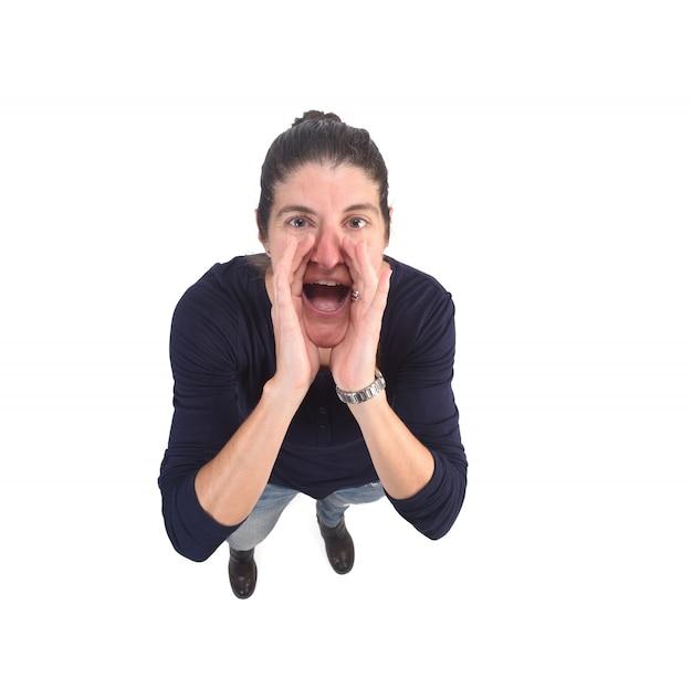 Kobieta wkłada rękę do buzi i krzyczy