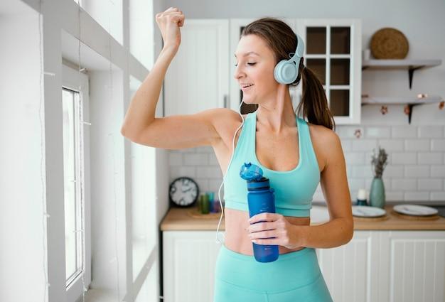 Kobieta wody pitnej po treningu