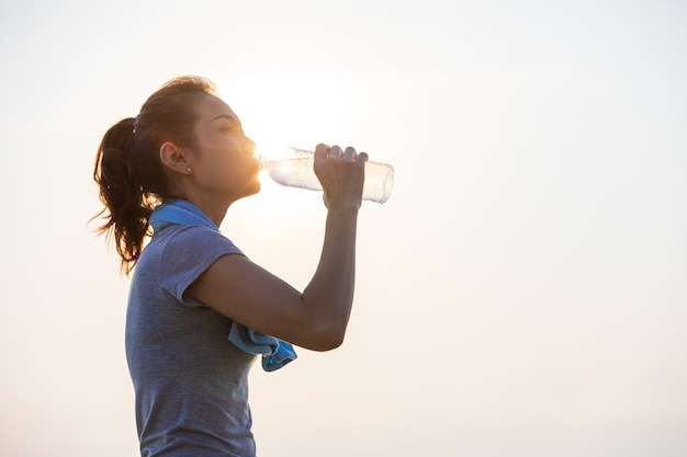 Kobieta wody pitnej po wysiłku.