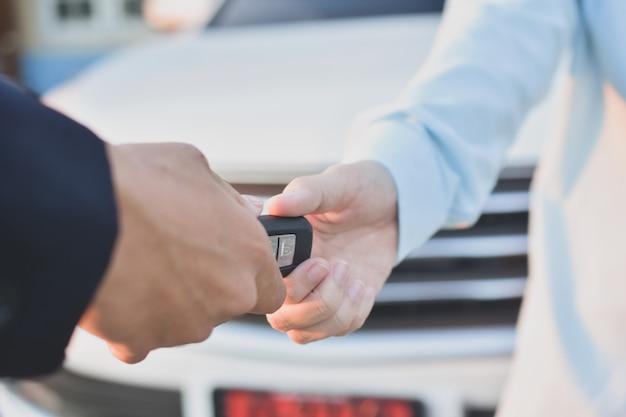 Kobieta wręcza dawać kluczowemu samochodowi nowy właściciel
