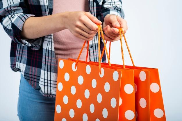 Kobieta wręcza mień torba na zakupy