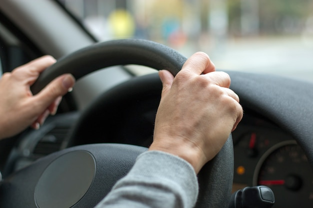 Kobieta wręcza mienie kierownicę