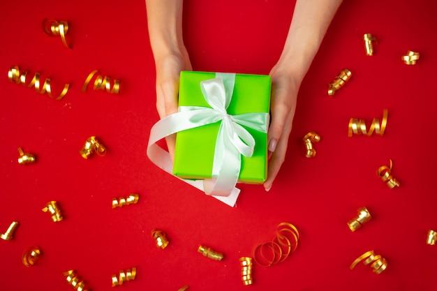 Kobieta wręcza mienie prezenta pudełka odgórnego widok